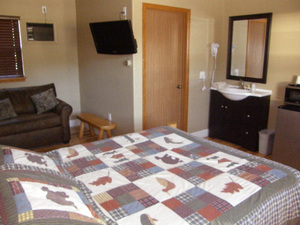1 Queen Bed and Twin Bed West Wing Photo 1